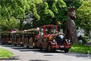 Sculpture de S. Asseo et R. Schulls, réalisée directement dans le tronc d'un Séquoia centenaire.